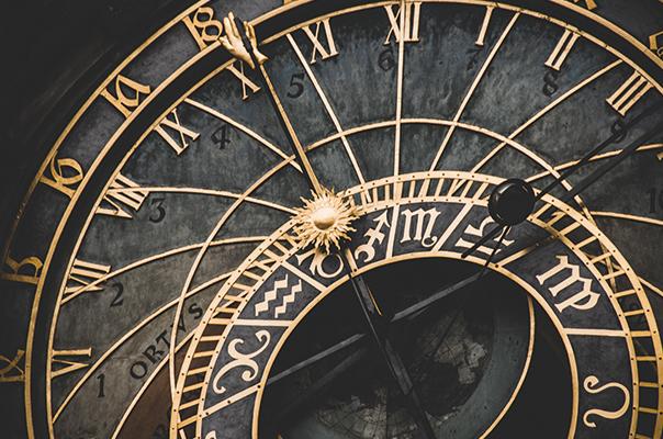Alte Uhr mit goldenen Zahlen